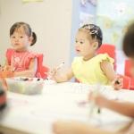 Filles travaillant ensemble à la Maternelle Hong Kong
